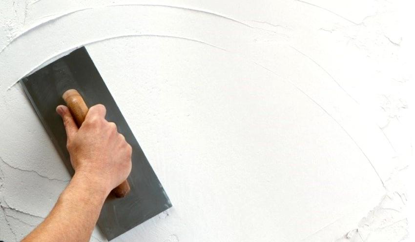 Перед тем как зашпаклевать стены под обои, следует позаботиться о том, чтобы с поверхностей были удалены все крепежные элементы