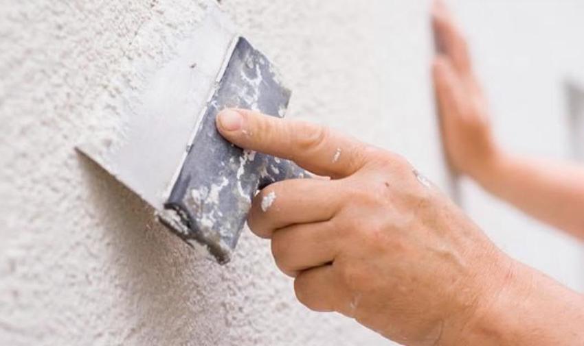 Обои не скроют бугры и вмятины на поверхности стены, все дефекты будут отчетливо видны при попадании света