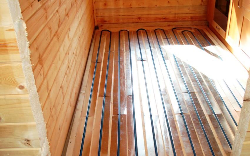 Деревянный пол можно оставить как основание для системы теплого пола в доме