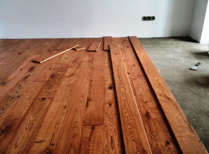 Свежая бетонная стяжка к моменту укладки досок, должна абсолютно просохнуть