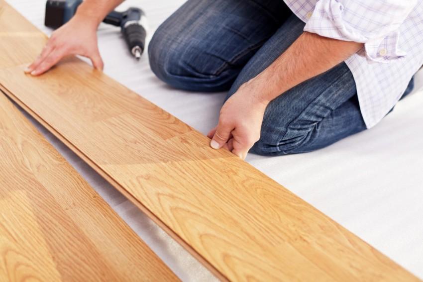 Укладка ламината на деревянный пол выполняется при необходимости скрыть дефекты старого дощатого покрытия, а также при желании просто обновить интерьер