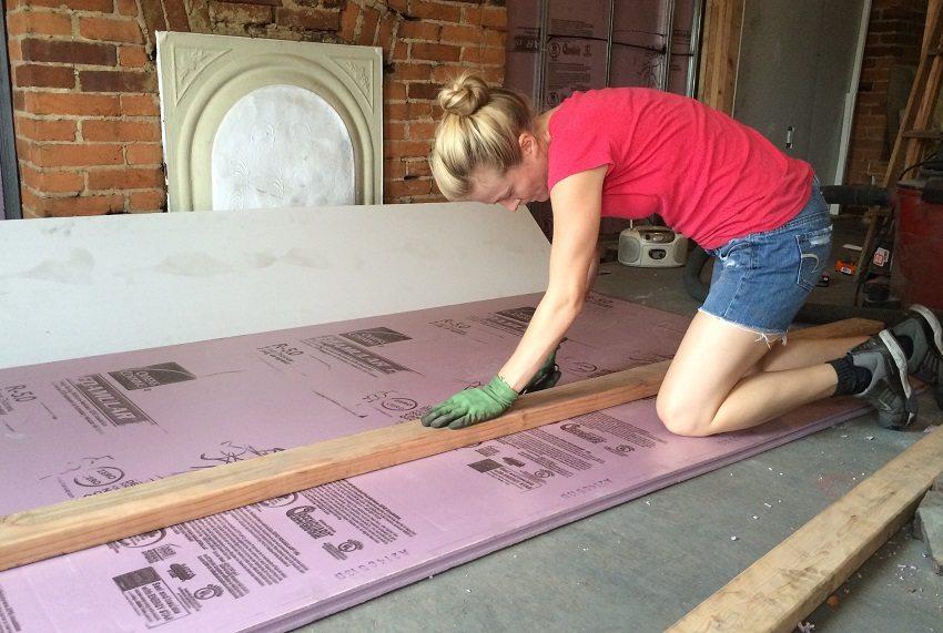 Чтобы основательно утеплить пол, на бетонное основание лучше уложить теплоизоляционный материал в виде пенополистирола