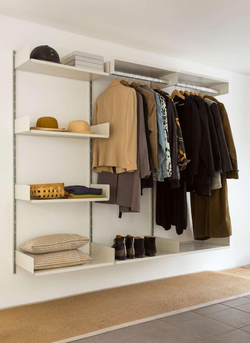 Если нет возможности установить в прихожую шкаф, его могут заменить полки