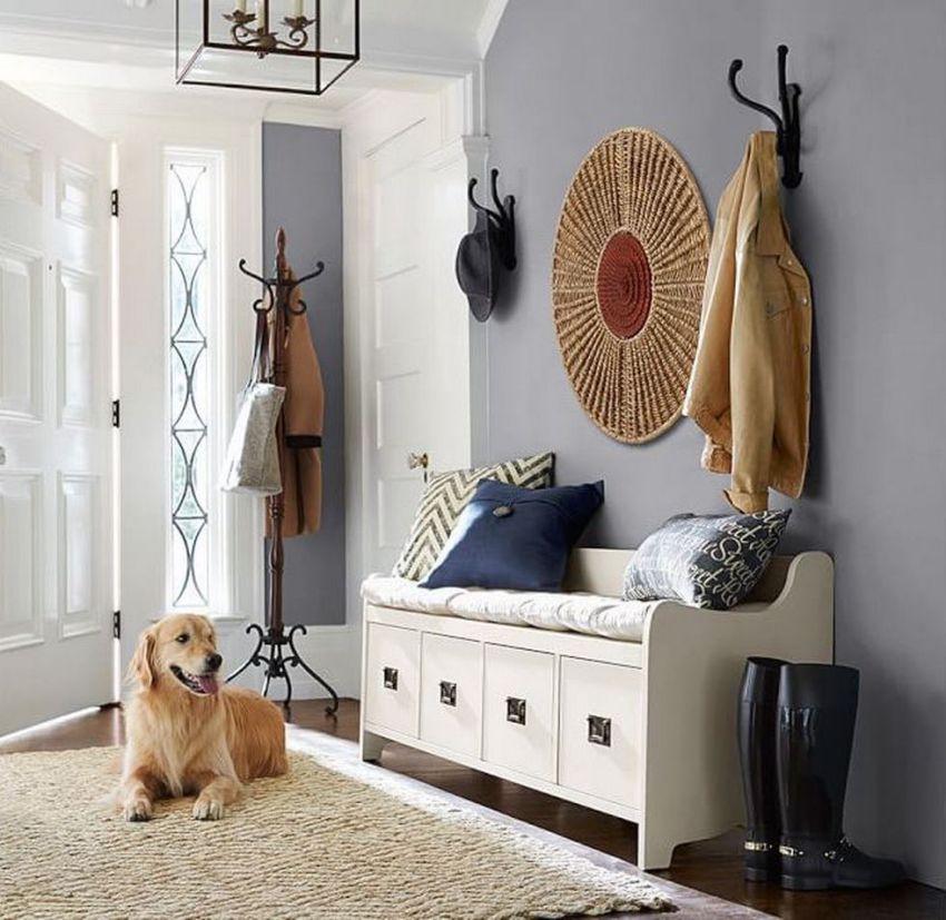 При выборе цвета лучше остановиться на светлых оттенках, так как зачастую прихожая небольшая по размеру, а темная мебель создает впечатление загроможденного пространства