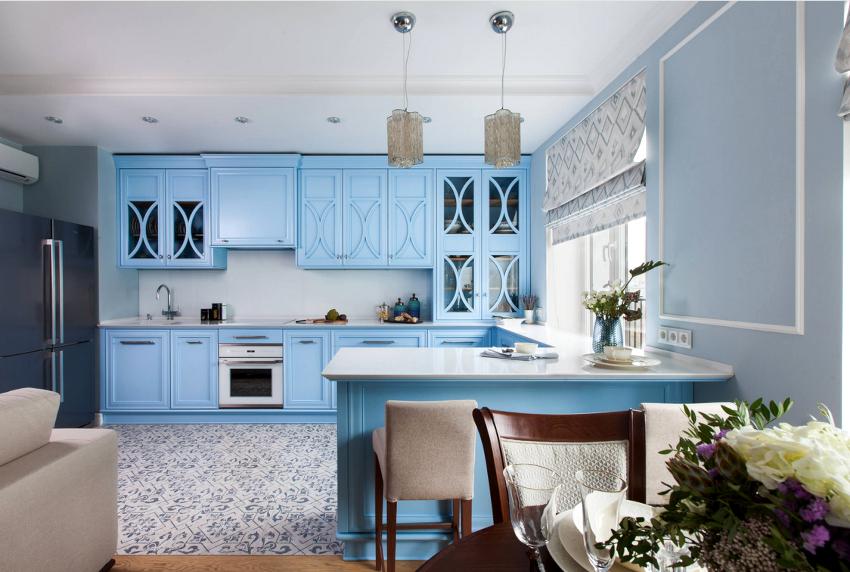 Оптимальным вариантом для создания дизайна римских штор на кухне считается современный текстиль