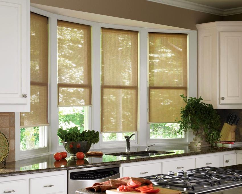 Рулонные шторы находятся в более низкой ценовой категории и считаются бюджетным вариантам декора окон