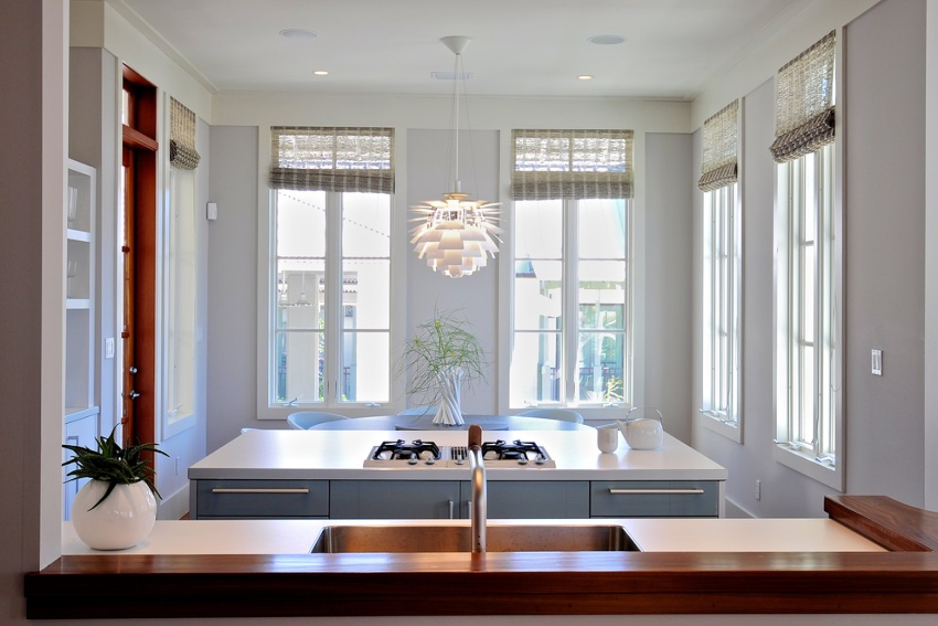 Современный способ скручивания дает возможность оставлять штору сверху окна