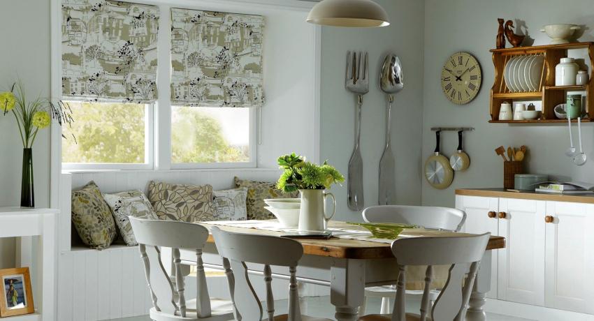 Принцип сборки занавесок напоминает жалюзи, но при этом римские шторы выглядят намного уютнее