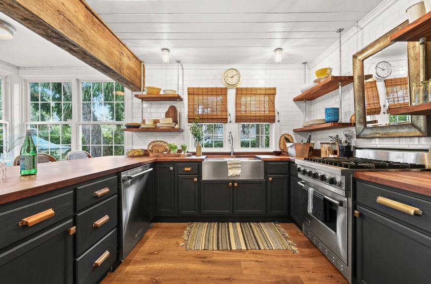 Самым популярным видом штор для кухни считаются классические римские модели