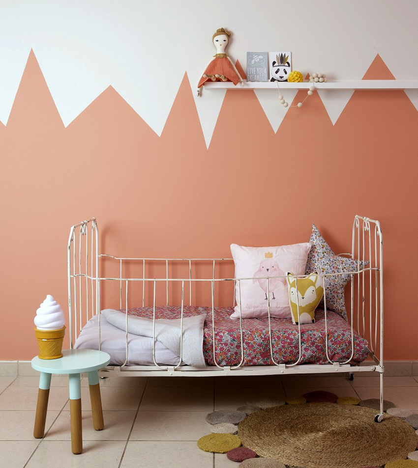 Обои карамельно-розового цвета станут идеальным вариантом для детской маленькой девочки