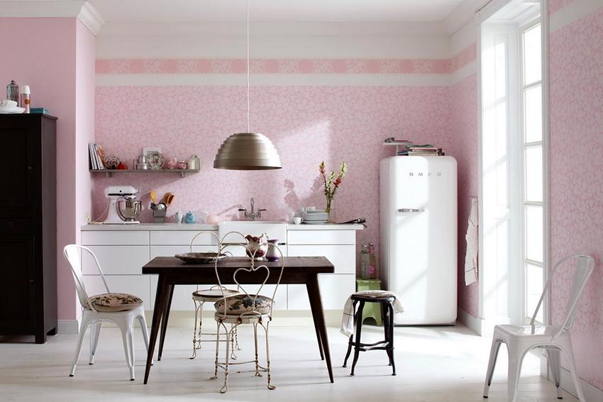 Розовые обои должны гармонировать с другими элементами интерьера