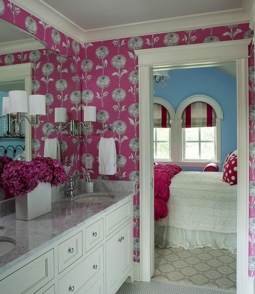 Обои с розовыми оттенками сделают интерьер ванной свежим и прохладным