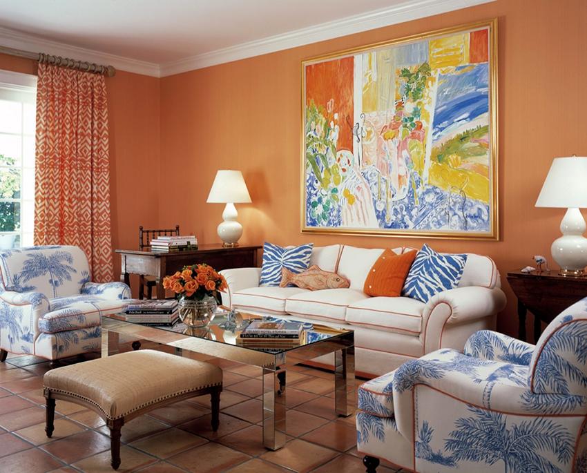 Интерьер с персиковыми обоями создает ощущение защищенности и покоя