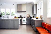 На кухне серого цвета можно выгодно выделить необычные формы и фактуру кухонного гарнитура