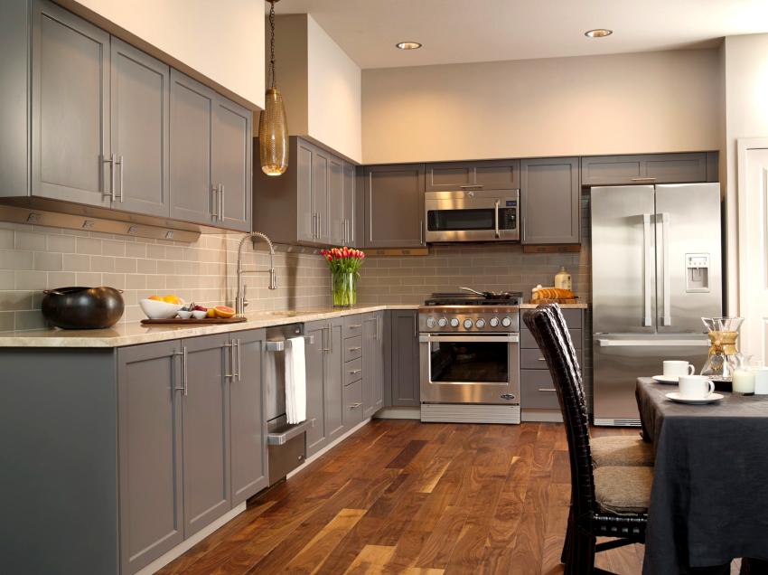 В качестве напольного покрытия чаще всего выбирают керамическую плитку, паркетную доску или ламинат