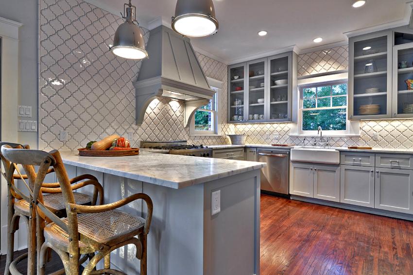 Дизайн кухни в сером цвете будет выглядеть особенно привлекательно, если грамотно подойти к выбору стройматериалов для ремонта помещения