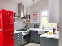 Кухня с использованием ярких оттенков отлично впишется в квартиру девушки, которая предпочитает гламурные и броские вещи