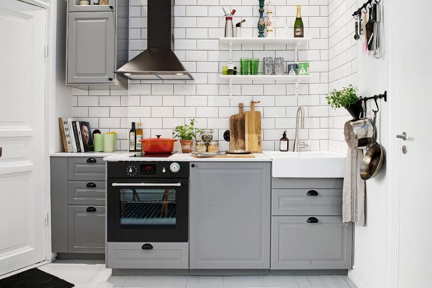 Оформляя дизайн кухни в серых тонах, важно учитывать габариты комнаты: чем параметры меньше, тем более светлой должна быть отделка стен