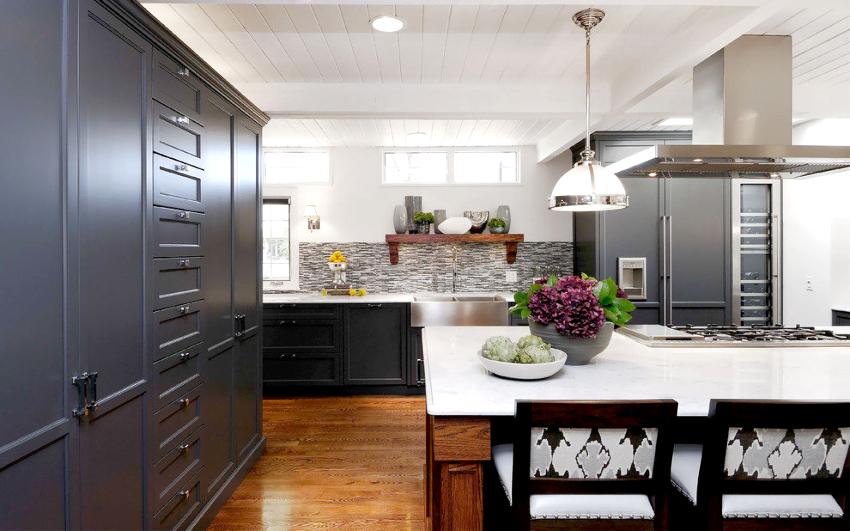 Подбирать материал для мебели нужно с учетом выделенного бюджета – одинаково хорошо смотрятся как деревянные фасады, так и панели МДФ или из пластика