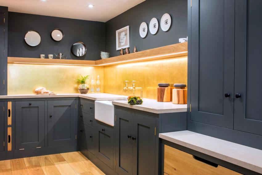 Солнечный желтый цвет освежит любой серый интерьер, особенно хорошо он будет играть на затененных кухнях