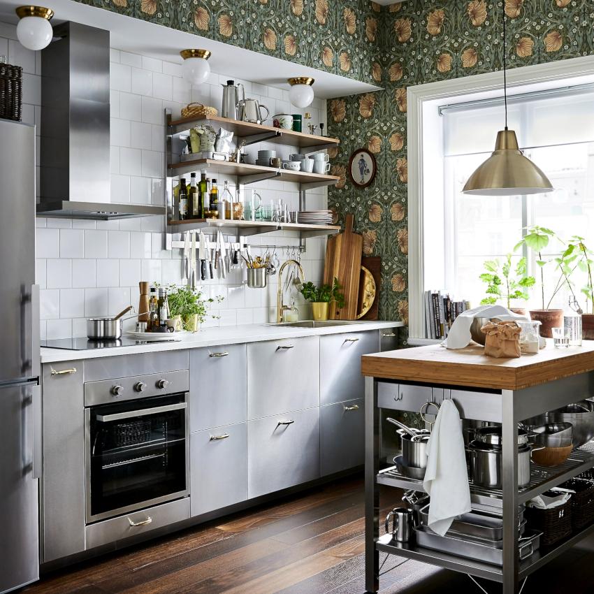 Разбавить интерьер кухни в бело-серых тонах можно с помощью бежевых цветов: пудрового, кремового или капучино