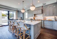 Дополнить интерьер серой кухни в стиле прованс можно шторами и текстилем с цветочными принтами в цвет мебели