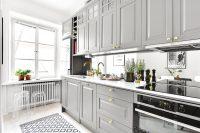 Светлые оттенки серого выгодно смотрятся в интерьере небольшой кухни, размер которой визуально расширяется