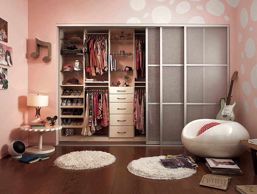 Желательно, чтобы шкаф для детской содержал полки, ящики, штанги и крючки
