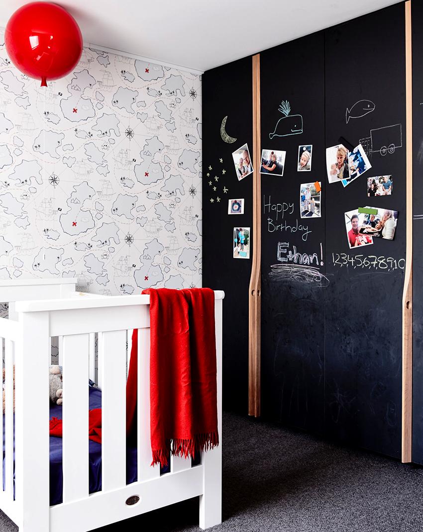 По типу открывания шкафы бывают с распашными и раздвижными дверцами