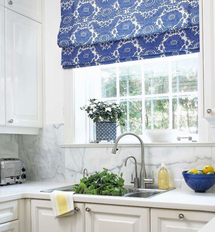 При выборе цвета и текстуры кухонной шторы нужно учитывать геометрию комнаты и стиль оформления