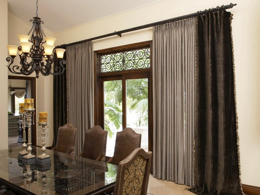 Если помещение выполнено в пастельных приглушенных оттенках, то можно повесить более темные шторы, что придаст кухне оригинальности