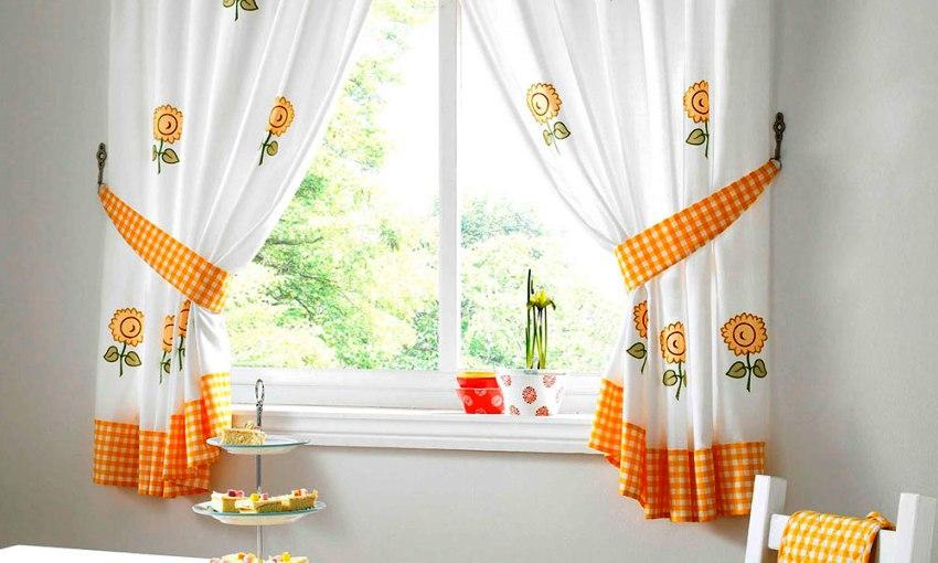 Для маленькой кухни стоит выбрать короткие шторы с легкой сборкой