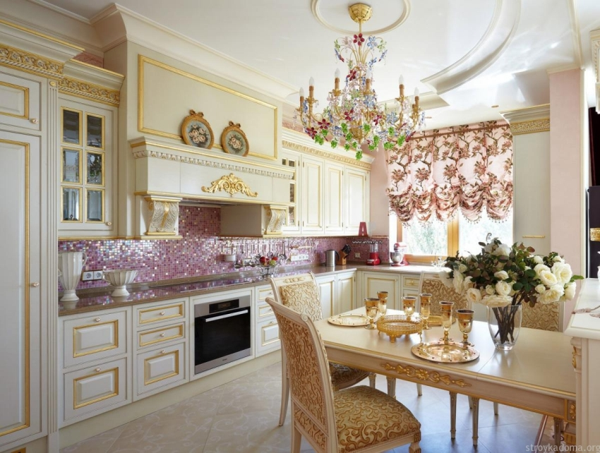 Шторы с ламбрекенами должны гармонично сочетаться с общей обстановкой кухни