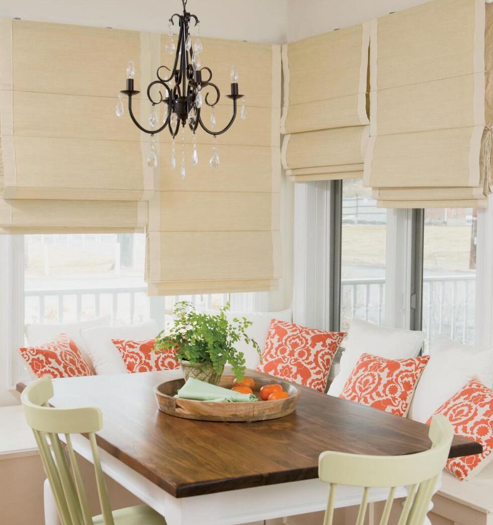 Римские шторы органично выглядят как в классических, так и в современных интерьерах