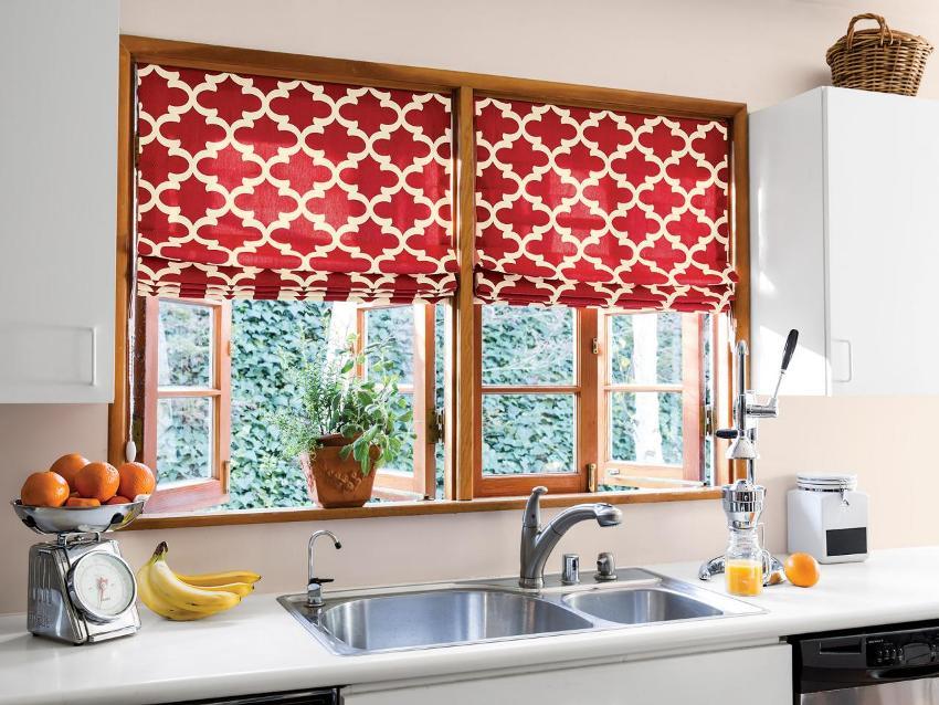 Нужно учитывать общее стилевое и цветовое оформление помещения перед покупкой штор на кухню