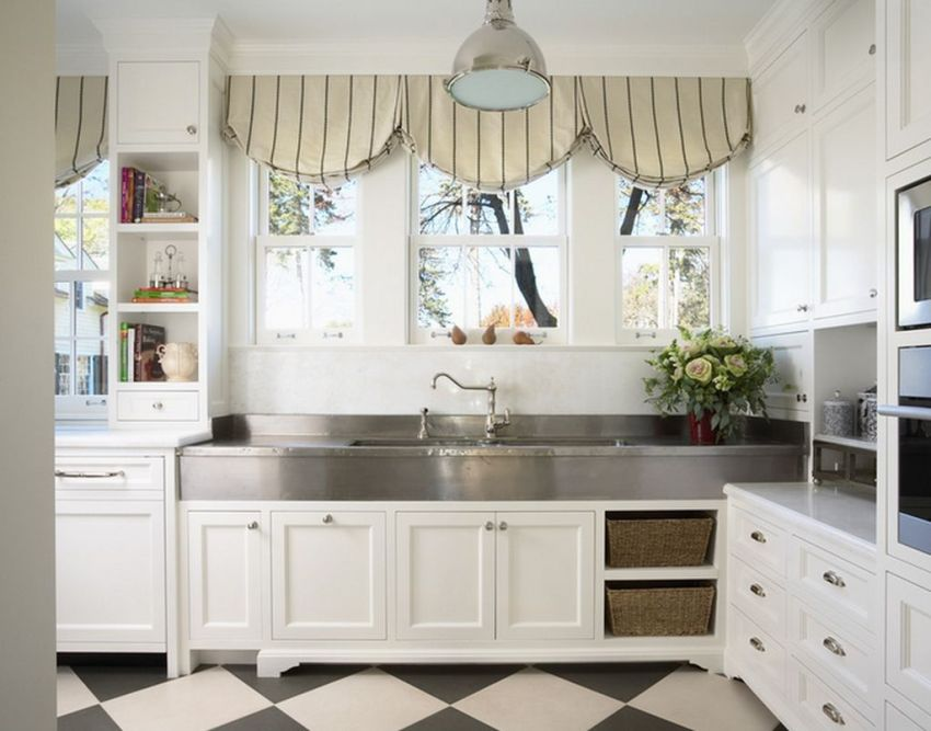 Австрийские шторы больше подойдут для классической кухни и придадут ей изящества и стиля