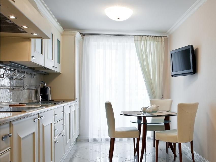 Использование асимметричных штор считается наиболее простым способом украсить интерьер