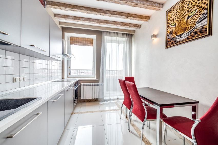 выбирая шторы в кухню с балконом, принципиально учесть конфигурацию оконного проема, количество створок и размер подоконника