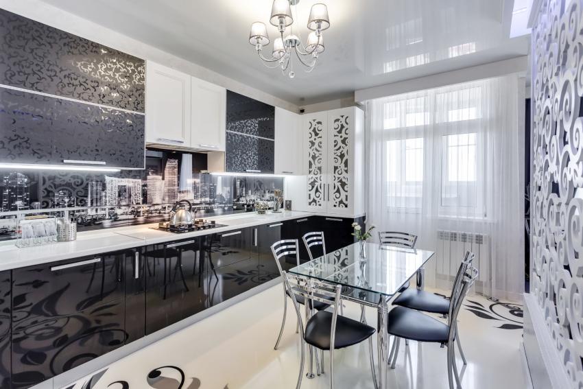 Тюль на кухне с балконом не теряет актуальности, потому как полупрозрачная ткань смотрится легко и воздушно