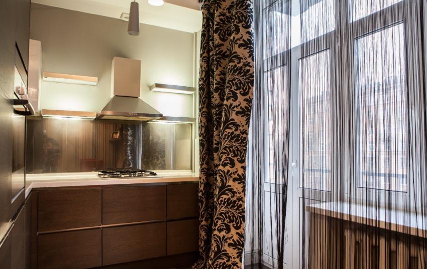 необыкновенные нитяные шторы также числятся стильным вариантом дизайна балконной двери