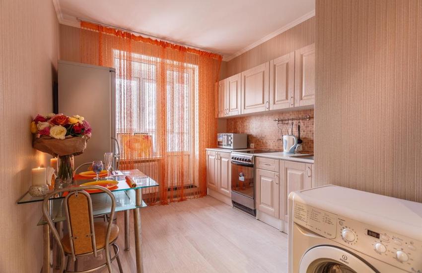 Нитяная штора или кисея считается хорошим вариантом оформления как большой, так и маленькой кухни