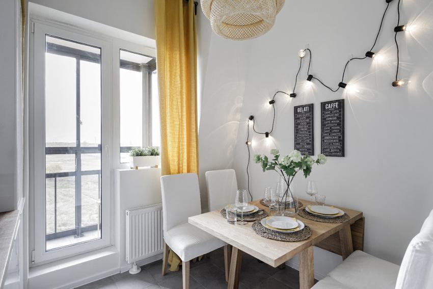 Чтобы придать комнате необычный вид, достаточно просто сдвинуть штору за балконную дверь