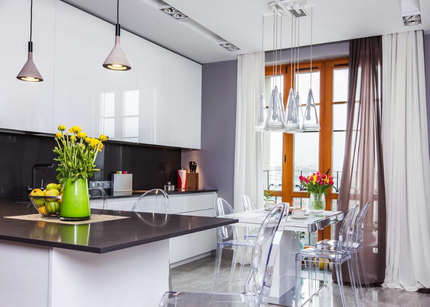 В небольшом по размеру помещении можно установить рулонные шторы, портьеры или комбинированные изделия