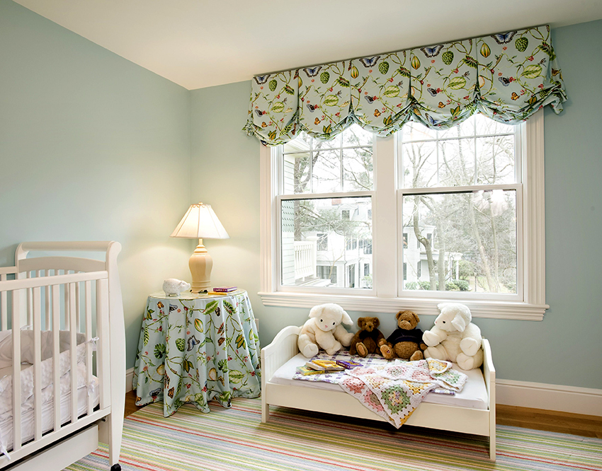 Самый удобный и практичный вариант для детской – это короткие шторы