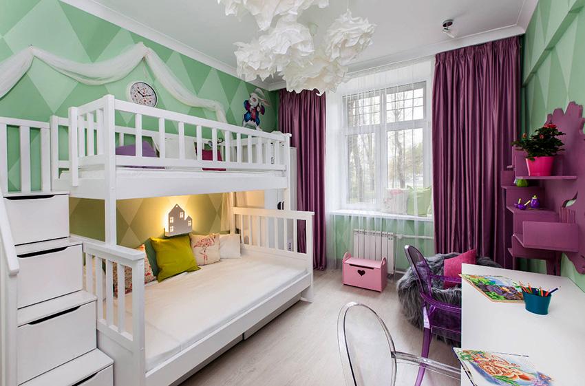 Легкие занавески в комбинации с плотными шторами создадут комфортную атмосферу в детской