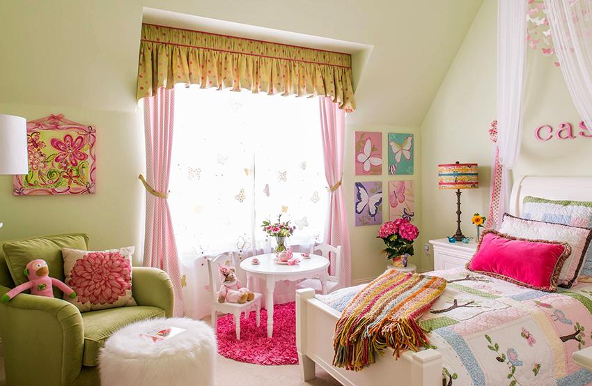 Для комнаты девочки подойдут шторы розовых, сиреневых и желтых оттенков
