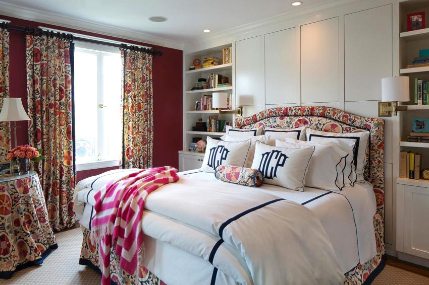 Размеры окон, их расположение, специфика функционирования портьер для спальни во многом определяют выбор вида изделий