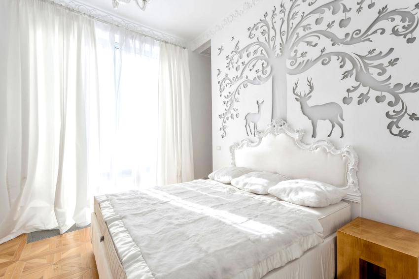 Чтобы усилить ощущение чистоты и воздушности в спальне, могут использоваться белые шторы