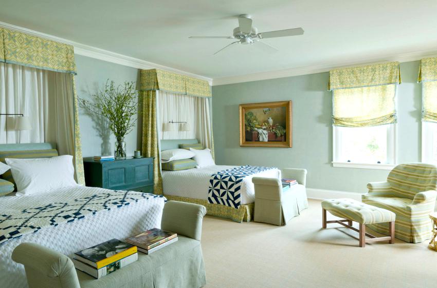Прекрасным вариантом для маленьких спален могут стать римские шторы