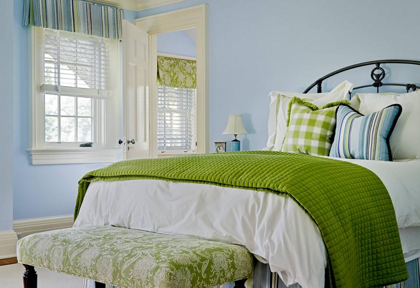 Чтобы маленькая комната не казалась еще меньше, нельзя перегружать интерьер спальни большими шторами